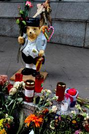 Weinender Bär, Blumen und Lichter für die ermordeten Schülerinnen und Lehrerin. Vor  Paula-Fürst-Schule. Foto: Helga Karl