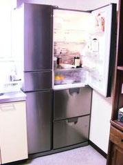 自動ドア大型冷蔵庫で、氷も自動で出来ます。冷凍庫も大きく使いやすいです
