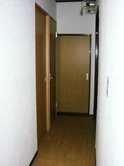 2Fの廊下です、こちらもセンサー照明、 小さいキッチンも付いてます