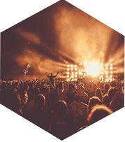 Publikum vor der Bühne bei einem Festival