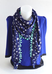 Foulard triangle bleu marine à étoile et pompons verts | Une Embellie