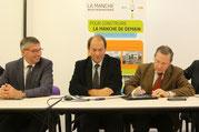 Serge Deslandes, Guénhaël Huet et Philippe Bas entourés des élus du territoire