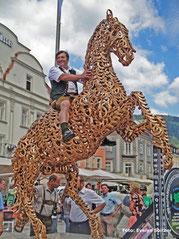 Das Glückspferd der EM 2010 in St. Stefan o.L. mit 200 Hufeisen vergoldet, 1900 kg schwer.