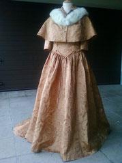 Kleid mit Schleppe u.Cape