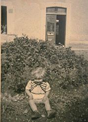 Enfant devant maison bourgeoise dans le Calvados