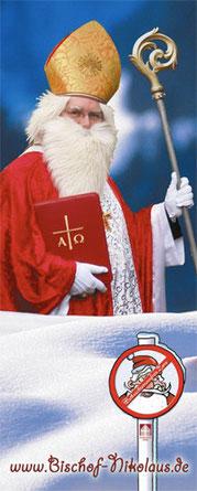 """Ein als Nikolaus verkleideter Mann (mit Mitra und Bischofsstab) ist im hinteren Teil des Bildes zu sehen. Vor ihm liegt Schnee, der ihm bis zur Hüfte geht. Im Schnee steht ein kleines rundes Schild mit dem Logo der """"Weihnachtsmannfreien Zone."""""""