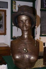 Bronzefigur aus Pappmachee