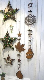Edelrost Girlande mit Sternen - Schneekristallen und Treibholz für deinen Außenbereich als Winterdekoration mit Deko - Sternen kombiniert.