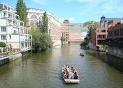 Leipzig Stadtansicht mit Boot auf weißer Elster