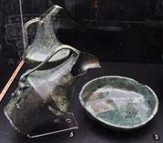 brocche con becco a cartoccio (oinochoai schnabelkanne) e bacino in bronzo