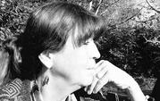 Photo en noir et blanc du prolfil droit de la psychologue Frédérique Virol