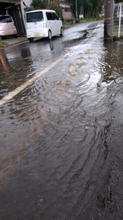 側溝から雨水が噴き出しています 八街市 冠水被害の写真