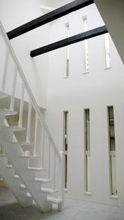 白い家のリビング