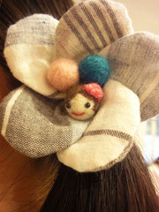 羊毛フェルトのキュートな女の子!!なんて可愛いのでしょう。 イベントの前日にちゃちゃっと作ったそうです。こんな可愛い髪飾り、レッスンで作りたいですね♪