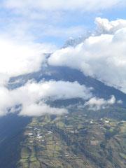 Auch am nächsten Tag dampft und donnert der Vulkan, aber deswegen ist hier niemand besorgt