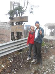 Rojelio (mit Kordula) vor seinem Restaurant: Ein erster Stock kommt gerade oben drauf