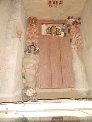 Das Grab eines Priesters in Sipan mit Frau, Lama und Grabbeigaben