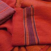 Handgewebte Stoffe in unterschidlichen Mustern und Bindungen