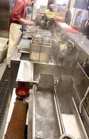 ▲小林熱機工業株式会社製の『ハイブリッド ガスそば釜』は、限られたスペースで2連式を実現。 回転カゴの中で麺がよく泳ぎ、最初にほぐす程度でかき混ぜの必要なし。 回転カゴからの麺の移動もスムーズだ。釜の湯は自動で入れ替わり、常にきれいなお湯で茹でることが出来る。