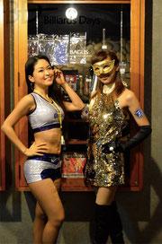 BAGUSのイベントによくいますね、アルコール飲料のキャンギャル。左:コロナ、右:ジーマ。なぜに仮面……