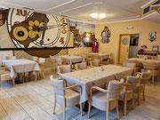 Restaurant mit großer  Wanduhr
