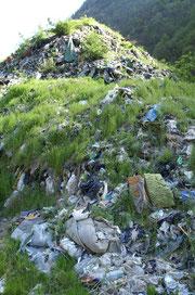 """Foto Li. aprile 2009 - Ammasso di rifiuti solidi della vecchia deponia, ammassati definitivamente nel tipico """"stile discariche prima del 2000""""!"""