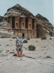 Für den  anstrengenden Aufstieg bei 48° wurde ich mit einem tollen Ausblick über die Stadt Petra belohnt