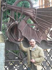 S.A.S. il duca di Paipa davanti villa Guell Barcellona