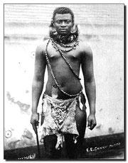 Jefe zulú Dinizulu con atuendos de príncipe durante la guerra de 1887-1888