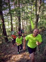 Johan och Niklas visar halva 21,5km banan för en go skara löpare.