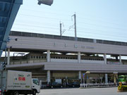 王子駅前歩道橋を迂回して交差点を渡りながらJR王子駅を通過