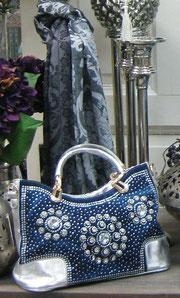 Wunderschöne Handtasche aus stabilem, blauem Stoff, reichhaltig mit Pailletten und Strass besetzt. Dazu ein passendes Tuch aus Viskose, weich und anschmiegsam. Im Deko-Store finden Sie, was das Herz begehrt. Hier: Modische Tücher zu günstigen Preisen..