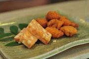 (手前)ピリ辛チーズかまぼこ 360円/(奥)なんこつ天 320円
