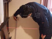 測定機器にて床の傾きを測定している状況