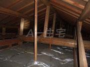 オプションメニュー 天井裏に入って確認している状況。上部の梁を渡り奥まで確認する事でより精度が上がった検査となります。