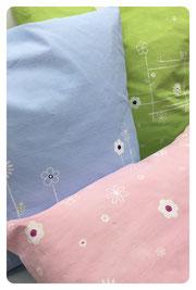 Die ursprünglich weißen Kissen wurden durch Wischtechnik mit unserer Farbe eingefärbt und dann mit unseren Blumenmotiven in deckendem Weiß bedruckt.