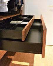 Front auf Gehrung, Schubkasten Blum Legrabox schwarz, mit eckigen Seitenwangen