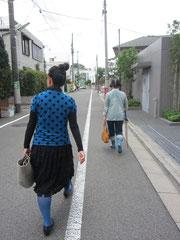 足早に歩く2人...