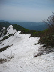 ▲小朝日岳より鳥原山方面の登山道を望む。向かって左は谷に落ち込んでいます。