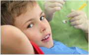 Bei der regelmäßigen Untersuchung der Zähne prüfen wir auch, ob eine Zahnspange notwendig ist. (© Pavel Losevsky - Fotolia.com)