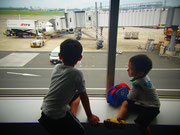 行きの飛行場で楽しみな2人
