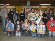 Die Teilnehmerinnen und Teilnehmer des Vorlesewettbewerbes 2012 freuen sich mit der Siegerin Joelina Keisers (vordere Reihe, 4. v.l.)