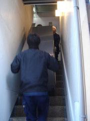 階段での厨房機器の運搬