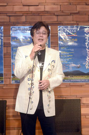 登野城出身のデザイナー大谷哲夫さんがデザインした紅型ジャケットを着こなし、「ばがけーら」を熱唱するミヤギさん=ホテル日航八重山