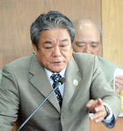 自衛隊配備問題などが取り上げられた3月議会の一般質問で答弁する外間町長(28日)