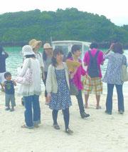 「きれいだったね」。グラスボートでの遊覧を終え満足そうに舟を下りる観光客ら=川平湾