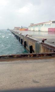 台風14号の再接近により貨物船の欠航が相次ぎ静まり返る石垣港=28日