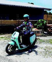 本社が電動バイクを導入した=4月30日午前、八重山日報社前
