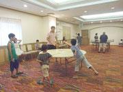 開放された宴会場で卓球を楽しむ家族連れ=1日午後、ホテル日航八重山