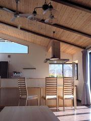 リビングからダイニング・キッチンを見たところです 敷地は天井と同じ勾配で南側に傾斜しています